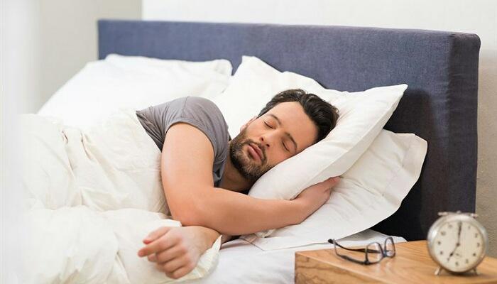 تفسير رؤية شخص ينام في سريري في المنام للرجل